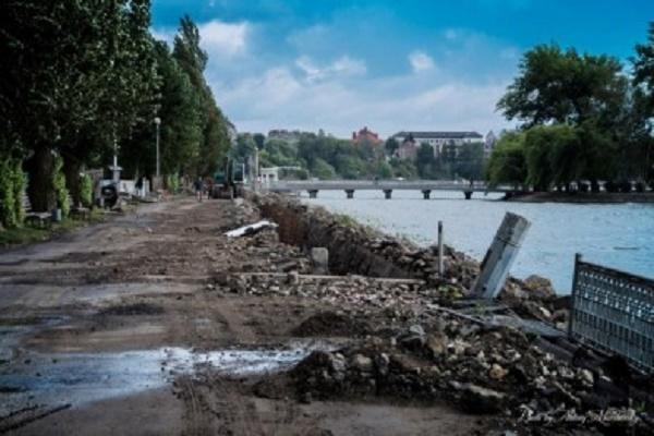 На набережній Тернопільського ставу демонтували огорожу та  старий асфальт