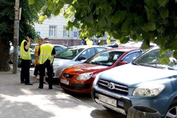 Якщо паркувальник вимагає гроші — викликайте поліцію