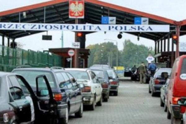 Бажаючих виїхати до Польщі з Тернополя стільки, що заледве вистачає автобусів