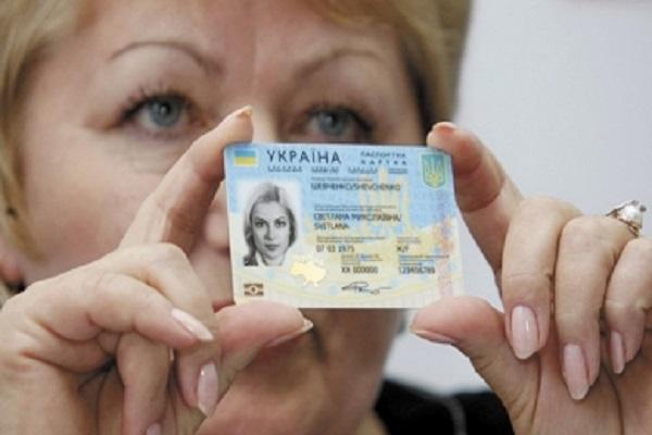 Тернополяни хочуть, щоб їм видавали закордонні паспорти в ЦНАПі
