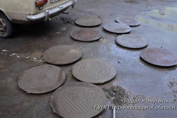 Тернопільські студенти підзаробляли крадучи...каналізаційні люки