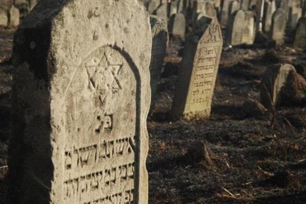 На Тернопільщині з надгробків єврейських могил побудували корівник