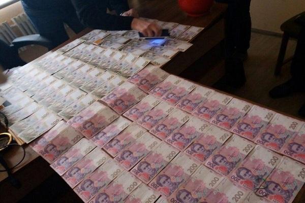 Чиновник, якого зловили на хабарі, може вийти за 50 тисяч