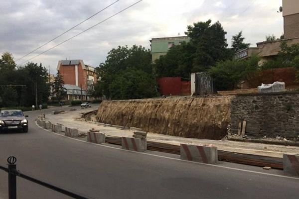 Ремонт підпірної стіни на Карпенка розтягнуть на 2 місяці