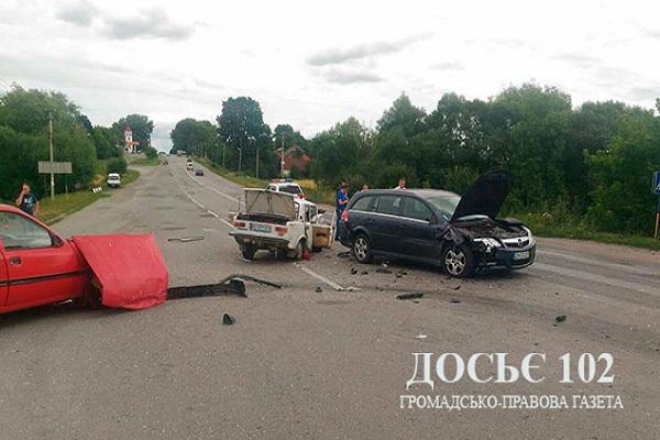 На трасі Тернопіль-Чернівці зіткнулися 3 авто, серед постраждалих - діти і іноземець