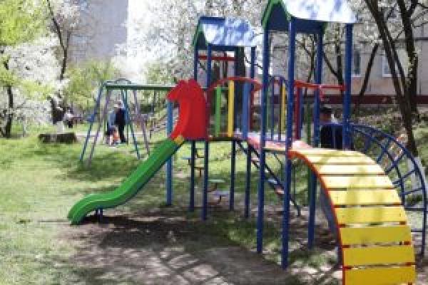 18 дитячих і 2 спортивних майданчики встановили у Тернополі від початку року
