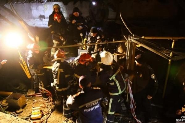 Після вибуху на заводі в Тернополі з під уламків витягнули чоловіка (Відео)
