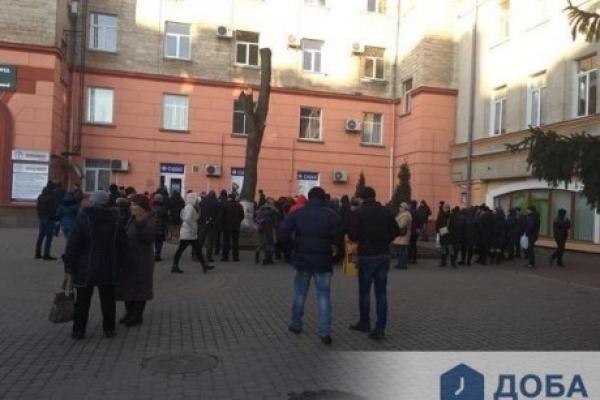 Сотні тернополян продовжують стояти в черзі за закордонними паспортами (Фото)