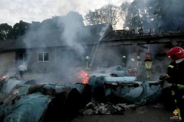 Поблизу Тернополя згоріло 30 тонн сировини для виробництва туалетного паперу (Фото)