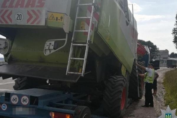 Вантажівка з комбайном ледь не доламала аварійний Гаївський міст в Тернополі (Фото)
