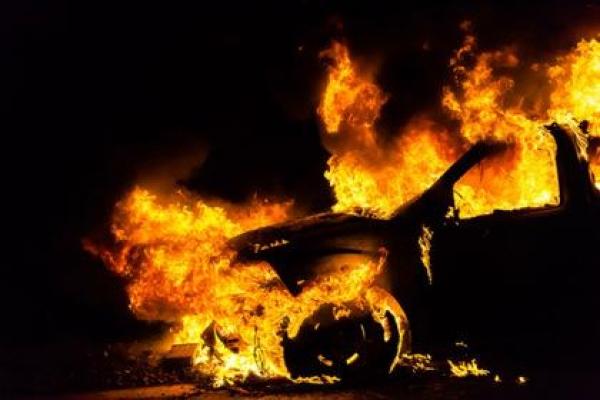В Тернополі згоріла елітна автівка