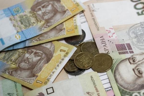 Новий курс долара, перерахунок пенсій і податків: Які нововведення чекають на українців влітку