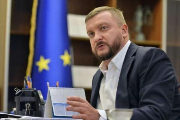 Міністр Петренко розповів, кого не випустять за кордон