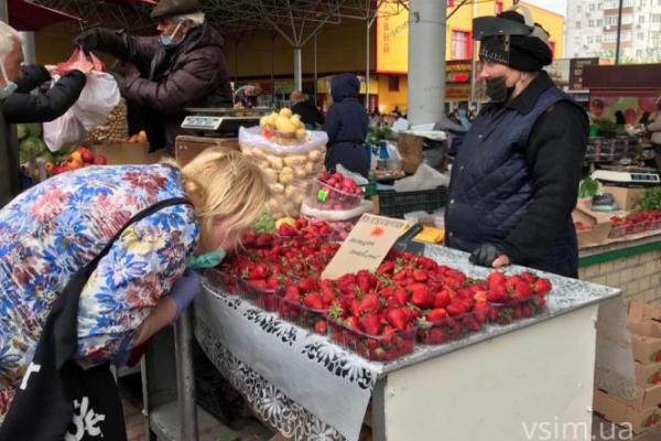 Ціни на полуницю впали більш ніж удвічі: скільки коштують ягоди в Україні