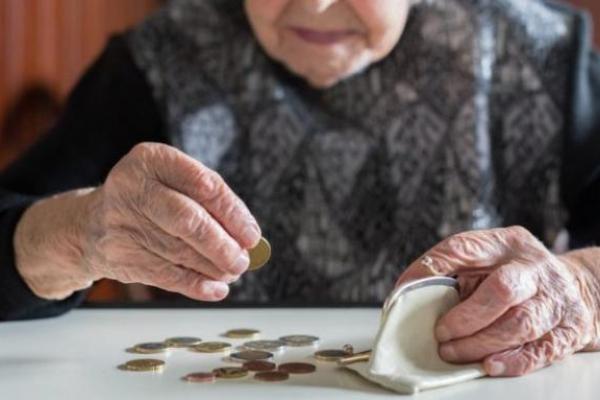 Деяким українцям підвищать пенсію на 930 гривень: коли та кому радіти